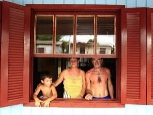 Jonçara, com o marido e o filho: