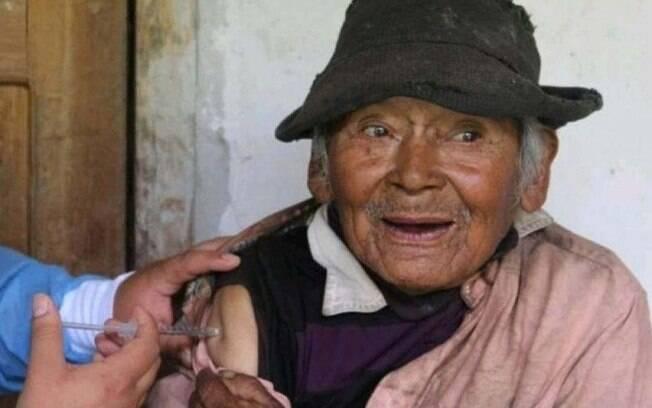 Com 121 anos, idoso é vacinado contra Covid-19 no Peru
