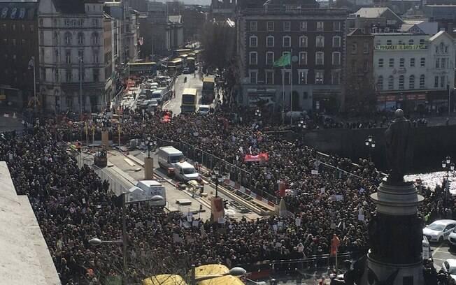 Milhares de mulheres pararam o trânsito de Dublin, capital da Irlanda, pedindo a descriminalização do aborto