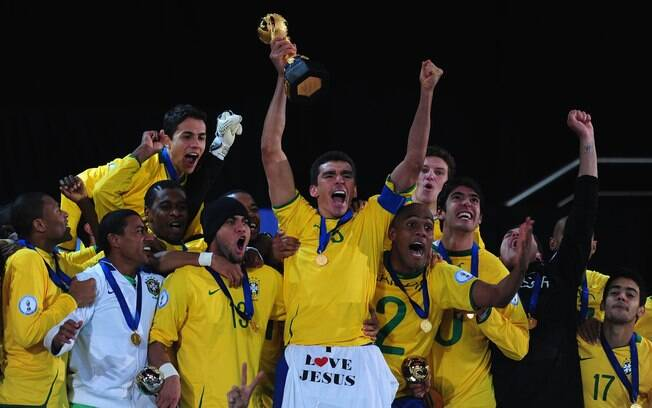 Lúcio e os jogadores da seleção brasileira  comemoram a conquista da Copa das Confederações de  2009, na África do Sul