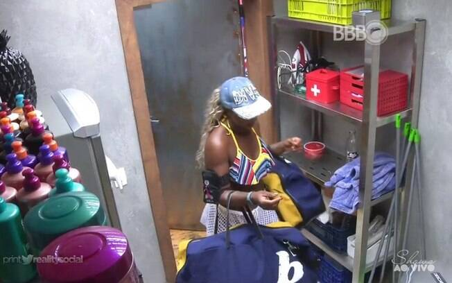 Adélia recolhe os pertences de Alan