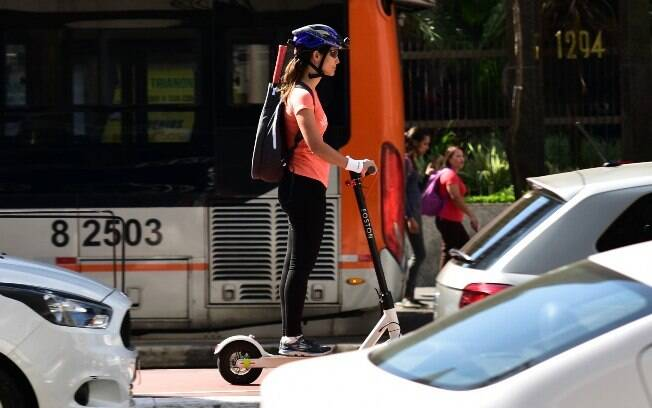 Usuários agora são obrigados a usar capacetes para andar de patinetes elétricos