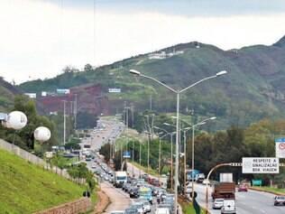 BR–356. Fluxo de veículos também ficou intenso, na tarde de ontem, na rodovia BR–356, nas proximidades do BH  Shopping