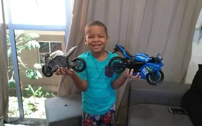 Enzo Gabriel usou o computador do avô e comprou 12 motos de brinquedo