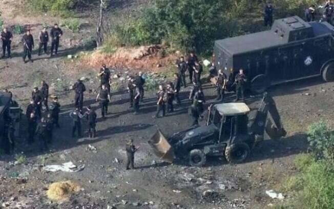 Cemitério clandestino foi encontrado na manhã desta quarta-feira (19) no Rio pela polícia