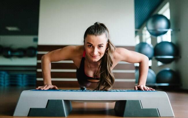 Se você vai iniciar os exercícios com step, vale a mesma regra para qualquer atividade: vai com calma para não lesionar