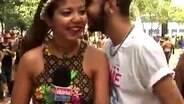 Repórter é beijada no meio de reportagem