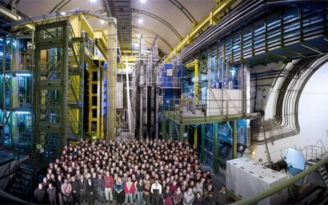 Membros do projeto LHCb no acelerador de partículas do Cern, em Genebra