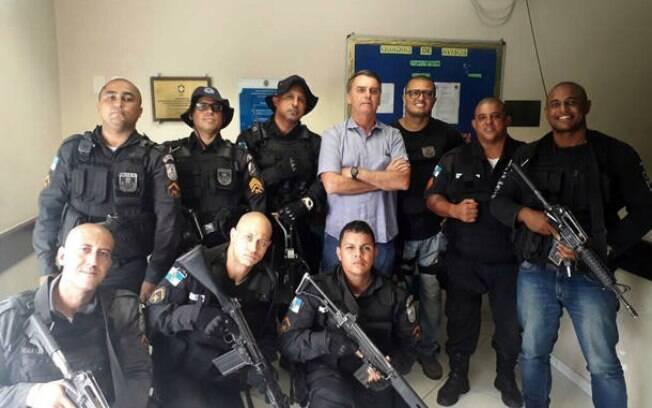 Bolsonaro ao lado de policiais do Rio