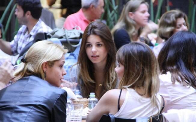Sthefany Brito e Thais Fersoza conversam com amigos em shopping