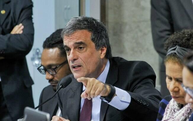 Advogado da presidente afastada Dilma Rousseff, José Eduardo Cardozo, defende o acordo e faz acertos com acusação