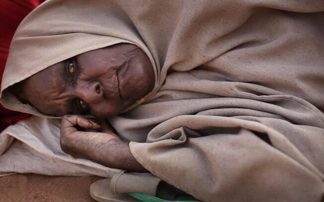 Somália: mulheres passam dias na fila para se instalar em Dadaab, maior campo de refugiados do mundo. Foto: Getty Images