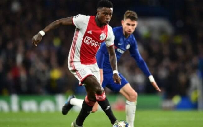 Jogador do Ajax  preso com suspeita de esfaquear um familiar