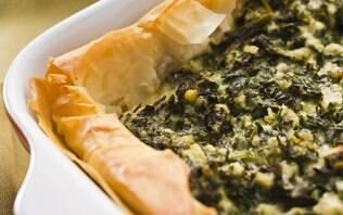 Torta de massa filo, espinafre e queijo meia-cura