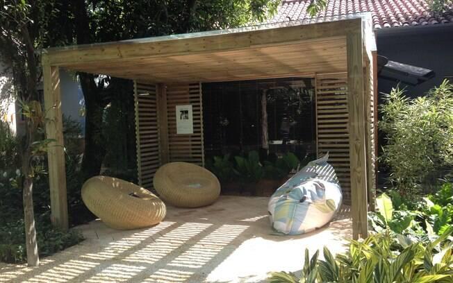 Projetado pela paisagista Chris Pierro, o Jardim das Casas é um verdadeiro recanto para relaxar. Os destaques do espaço são o pergolado e as confortáveis poltronas redondas