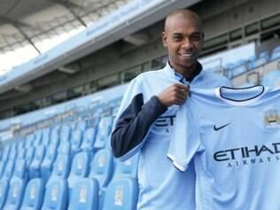 Fernandinho vai usar a camisa 25 e assinou um contrato de quatro anos
