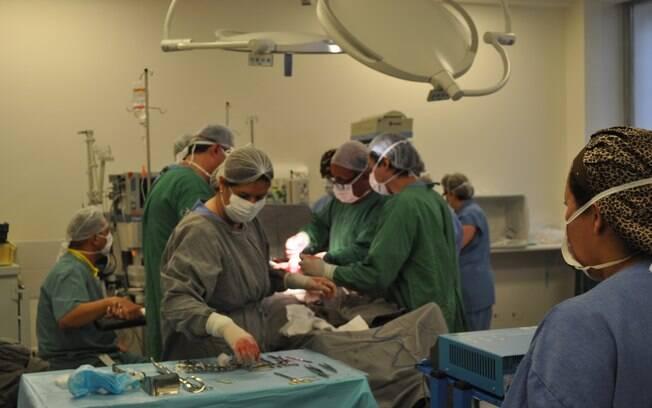 Foi necessária uma equipe médica formada por 23 profissionais para realizar o parto de Karina