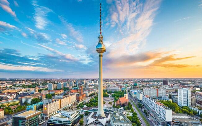 Berliner Fernsehturm é torre de televisão mais popular de Berlim; de lá é possível ter uma ampla visão da cidade