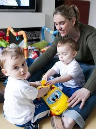 Caroline Passuelo e os gêmeos: passe livre para a cama da mãe só quando estão doentes