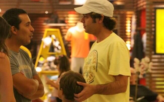 Bruno Mazzeo levou o filho João para passear no shopping da Gávea