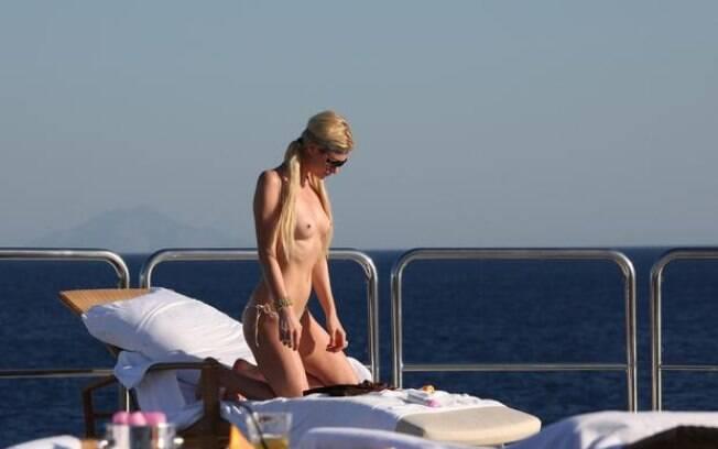 Paris Hilton foi flagrada por um paparazzo fazendo topless na Costa da Sardenha, Itália