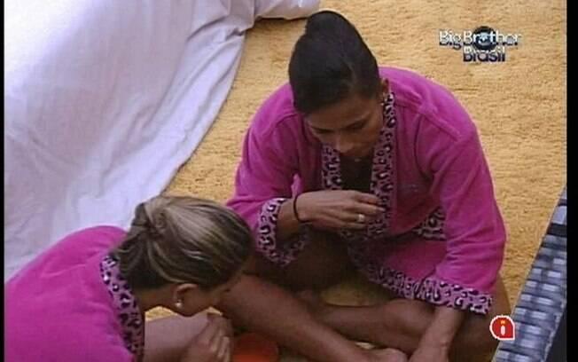 Sisters degustam guloseimas e conversam no Quarto do Líder
