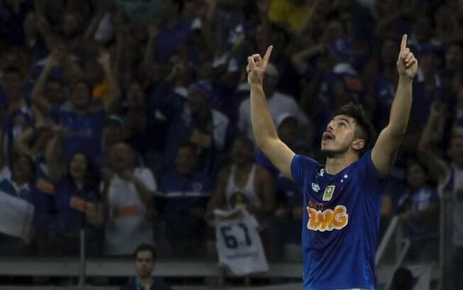 Willian Bigode comemora gol pelo Cruzeiro