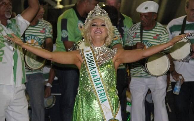 Antônia Fontenelle recebeu faixa e coroa de rainha de bateria da Mocidade Independente na noite de ontem