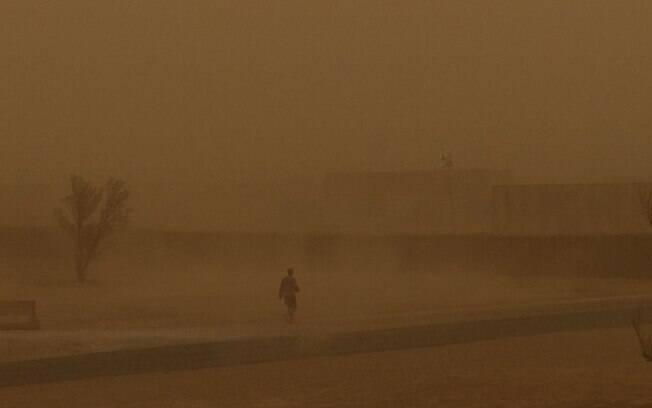 Meteorologistas acreditam que as altas temperaturas registradas nos últimos dias causaram fortes tempestades na Índia