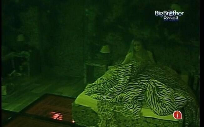 Renata deita-se sozinha no Quarto Selva