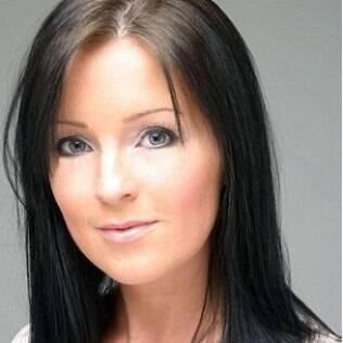 Claire Culverwell antes do implante de sobrancelhas