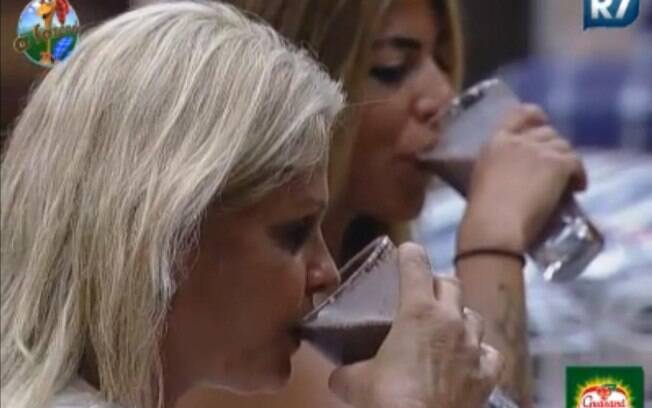 Peoas bebem achocolatado para comemorar o lanche