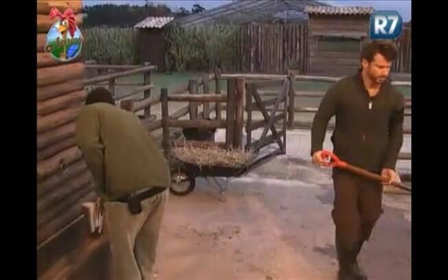 Gui Pádua e Marlon dividem baia da vaca, enquanto reclamam do frio
