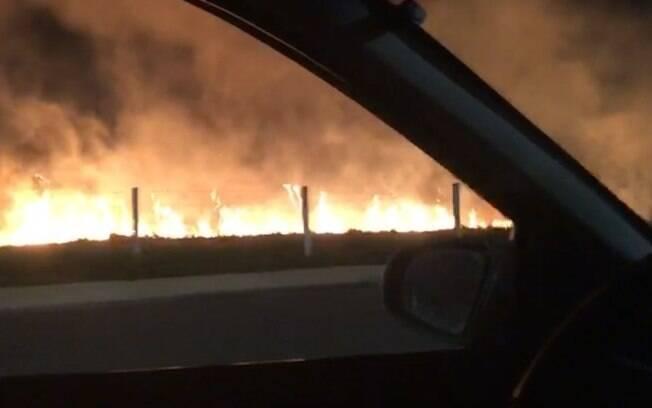 Área rural em Americana pega fogo desde a madrugada