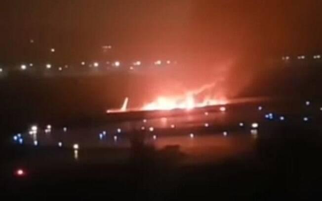 Não há registro de mortos entre os passageiros, mas um funcionário do aeroporto sofreu um ataque cardíaco enquanto ajudava a retirar as pessoas do avião e não resistiu