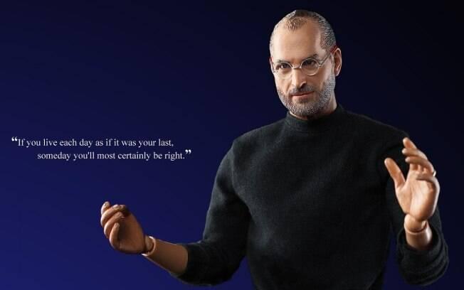 Boneco de Steve Jobs tem mãos e braços articulados, o que permite colocar uma miniatura do iPad em suas mãos