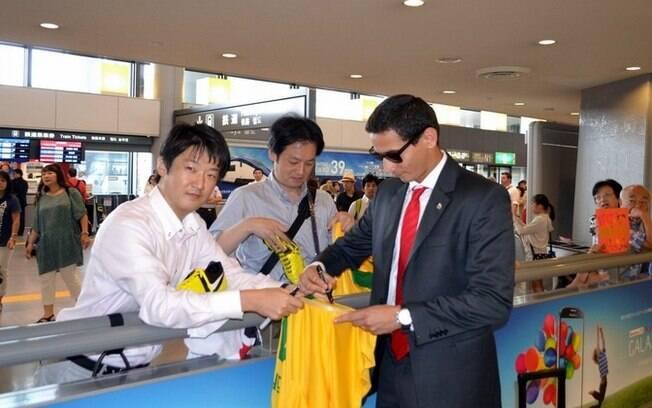 Ganso atende torcedores com a camisa do  Brasil na chegada do São Paulo ao Japão, última  etapa da excursão da equipe (04/08)