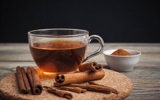 O chá de canela tem propriedades que estimulam o pleno funcionamento do metabolismo do corpo