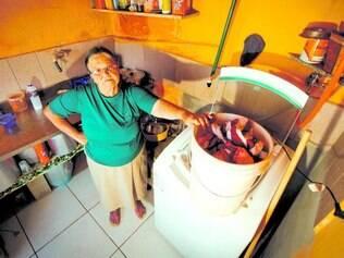 Outra rotina. Dona Albertina Aguiar tem que acordar todo dia de madrugada para aproveitar que tem água para lavar as roupas