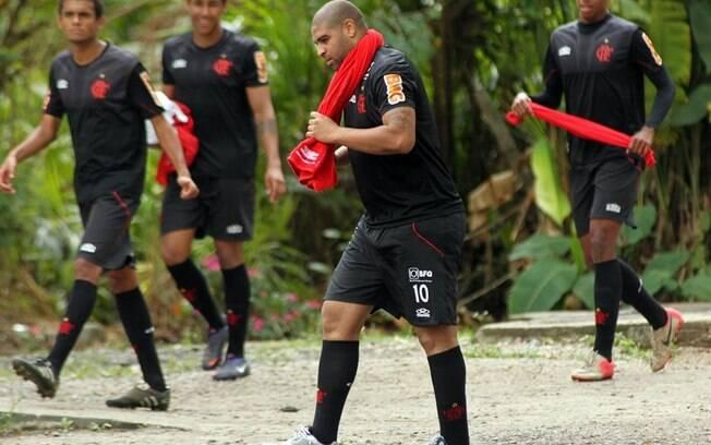 Sob o olhar dos demais companheiros, o  atacante Adriano participou do treino do Flamengo  nesta quarta
