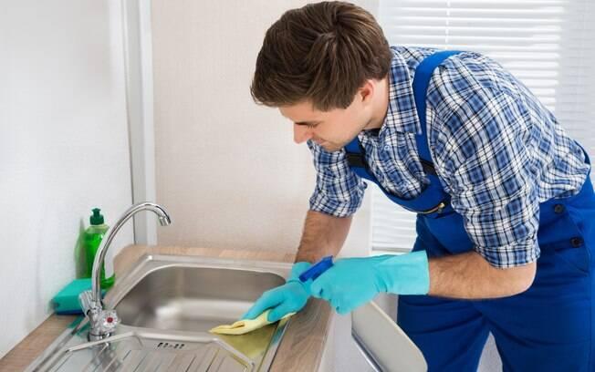 É importante limpar objetos como o controle remoto e a máquina de