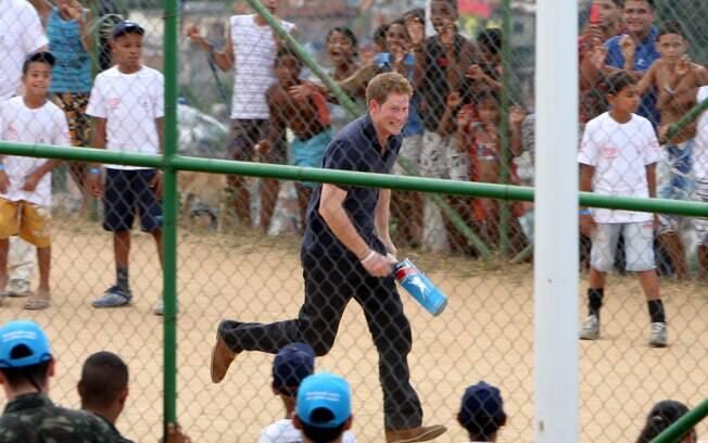 Príncipe Harry jogou críquete no fim da tarde deste sábado (10), no Complexo do Alemão, no Rio