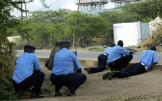 Policiais quenianos cercam o lado de fora da University College Garissa durante ataque a tiros em Garissa, Quênia