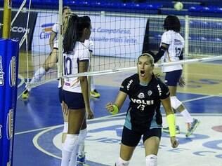 Polivalente. Erica Freitas joga pelo time de Conselheiro Lafaiete e com uma dupla no vôlei de praia