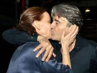 Julia Lemmertz e Alexandre Borges trocam beijos no palco