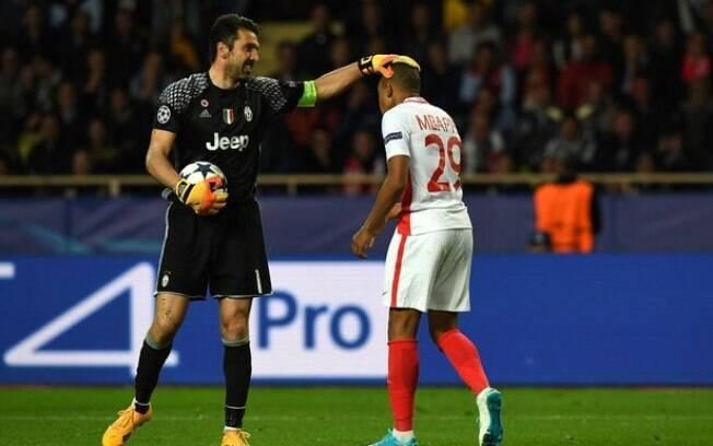 Buffon e Mbappé quando se enfrentaram: o goleiro com a Juventus e o atacante com o Monaco