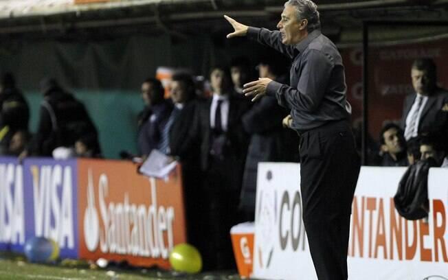 Tite dá instruções durante o jogo contra o  Boca. Ele nunca perdeu para times argentinos
