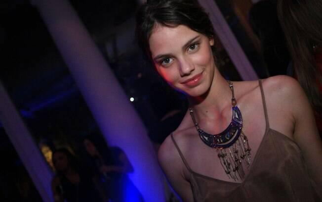 Laura Neiva na festa dos 50 mais sexy da revista Istoé Gente