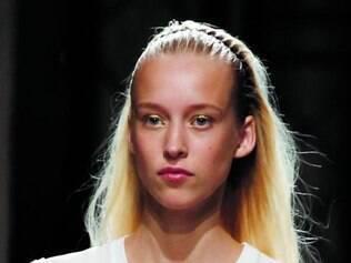 Barbara Bui trouxe modelos com cabelos grudados com gel e uma tiara zigue-zague