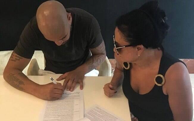 Adriano assinou contrato com produtora para a gravação de dois filmes sobre sua história